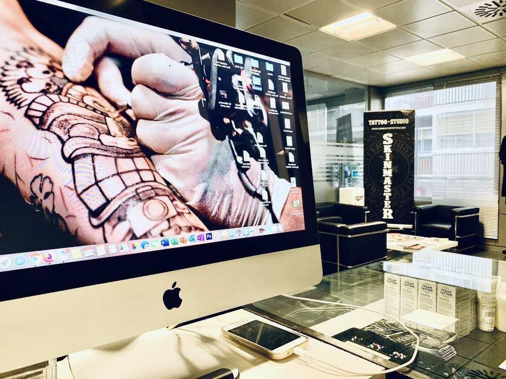 ordenador mac de la entrada de tattoo school madrid